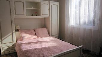 Chambre avec lit en 140 cm avec très beau matelas en 100% latex haute densité.
