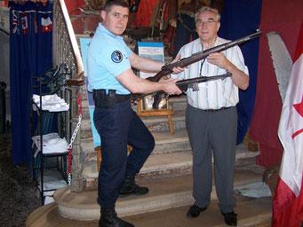 Un fusil Mauser 98 et un MP 40 ont été offerts