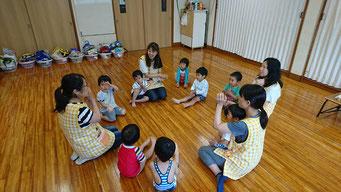 手遊びやリトミックなど様々なカリキュラムで遊びます。