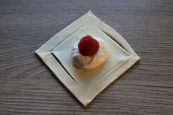 Blätterteig-Quadrat mit Frischkäsefüllung und Himbeeren