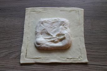 Blätterteig-Quadrat mit Frischkäsefüllung