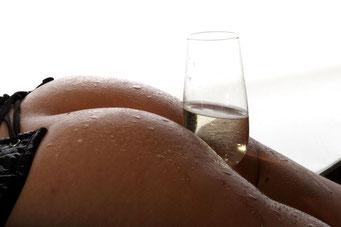 Hintern mit Sektglas