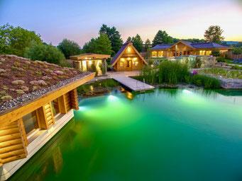 von den Ferienwohnungen in Bad Staffelstein gut erreichbar idyllischer Badesee in der Abenddämmerung mit stilvoller Beleuchtung in der Obermain Therme