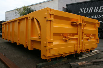 Bauschuttcontainer mit hydraulischer Klappe und Flügeltür
