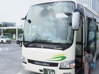 大型バスで出発!