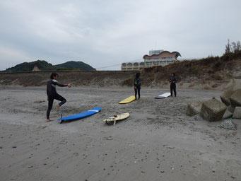 波は無かったのですが、独学でされていた人からのスクールの申し込み頂きまずは、陸上で行い、陸トレ後パドルチェックなど行いました。