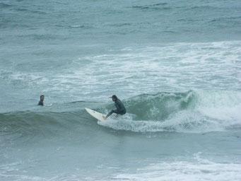 11:00頃まではまだこんな感じで乗れていましたが、段々潮も引き風も強くなってハードなコンディションへ・・・