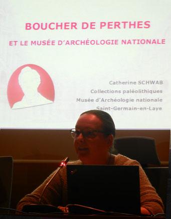 Musée d'Archéologie Nationale le 14 avril 2018. Mme Schwab prononce une conférence pour les Amis du Musée Boucher-de-Perthes /Photo J.H.