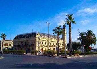 Estación Marítima o Estación de Viajeros del puerto de Vaencia, con su torre del reloj, de clara inspiración francesa