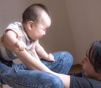 しらさぎふれあい助産院イメージ写真:赤ちゃんをあやしている様子