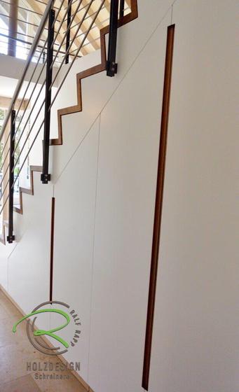 Treppenschrank mit Eiche-Griffleiste, Faltwerktreppe in Eiche mit integriertem Einbauschrank in weiß lackiert u. Eiche Griffleiste,Einbauschrank unter Treppe mit innenliegender Garderobe in weiß lackiert und flächenbündig eingefräste Eiche-Griffleisten,