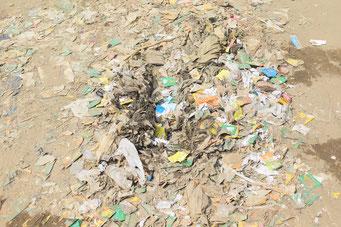 IDPキャンプ内ではゴミがあちこちに捨てられている。ゴミ、干し魚、ミルクティー、さまざまな生活の臭いが充満していた