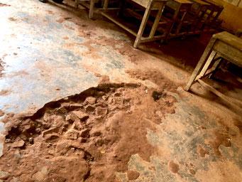 教室内は穴が空いていて、隙間だらけの天井からは雨が入る(IROHA提供)