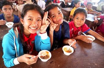 笑顔を見せるIROHAスクールの子どもたち(IROHA提供)