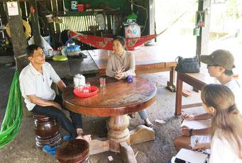 フィールドワークでは村人への聞き取り調査もおこなう(IROHA提供)