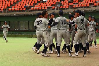 榮枝の逆転適時三塁打に湧く選手たち