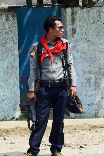 銃を携えたミャンマー軍兵士(写真の人物と私を拘束した人物は別です)