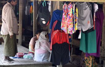 ラカイン人の経営する服屋で衣服を手に取るロヒンギャの女性