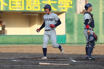 勝ち越しのホームを踏んだ榮枝選手(文3)