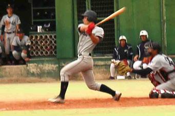 8回表に右中間への逆転適時三塁打を放つ榮枝