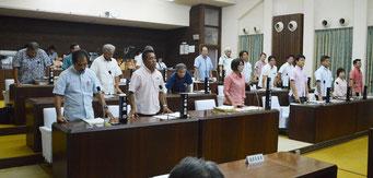 尖閣諸島上陸決議が賛成多数で可決した=21日、市議会議場