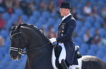 Der deutsche Dressurreiter Matthias Rath ist wegen seiner Trainingsmethoden mit dem Pferd Totilas in die Kritik geraten.  Foto: dpa