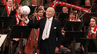 El director francés Georges Prêtre, durante el concierto de Año Nuevo con la Orquesta Filarmónica de Viena, en 2008. / AFP