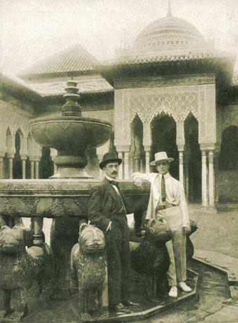 Manuel de Falla con Léonide Massine en el Patio de los Leones de la Alhambra de Granada, en junio de 1916. Es el primer documento gráfico de la presencia de Falla en Granada . ARCHIVO MANUEL DE FALLA