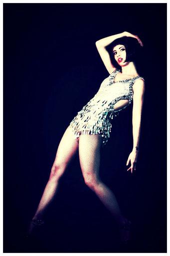 Die vielseitige Tänzerin und Sängerin Melanie Oster unterrichtet Broadway Jazz Dance im Vintage Dance Studio München