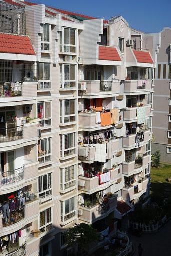 Jeder Sonnenstrahl wird ausgenutzt, um die Bettwäsche und auch sonst die gesamte Kleidung in der Sonne zu lüften. Alltag in der kalten Jahreszeit in Südchina.