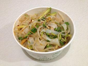 Liang Pi (凉皮) wird in manchen kleinen Schnellrestaurants in einem Pappbecher angeboten.
