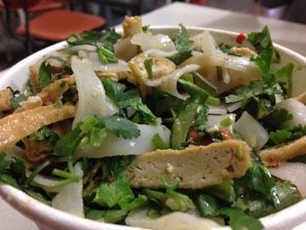 Liang Pi (凉皮) mit Dou Gan (豆干) und Xiang Cai (香菜). Schmeckt genauso lecker, wie es hier auf dem Bild aussieht.