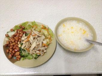 Reis-Suppe, etwas Gemüse, geröstete Erdnüsse. Ein rundum gelungenes Abendessen. Gibt's hier in der Garküche für 6 RMB.