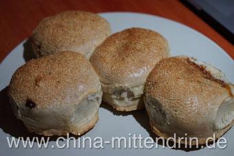 Guangbing (光饼) aus Fuqing (福清). Wenn man sie so sieht, könnte man meinen, es wären leckere Sesambrötchen. Gemäß der Tradition müssten sie ein Loch in der Mitte haben, denn die Soldaten sollten sie auf eine Schnur aufziehen und über der Schulter tragen.