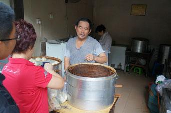 Und bei diesem netten Herrn gibt's die besten Mantou in Xiamen - meiner Meinung nach. Und ich habe sehr, sehr viele Mantou-Geschäfte ausprobiert.