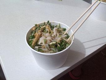 Man isst Liang Pi oft mit diesen kleinen Einmal-Essstäbchen. Und: Nein, man steckt seine Stäbchen nicht in die Nudeln. Das habe ich nur getan, weil ich sie nicht auf dem Tisch ablegen wollte.