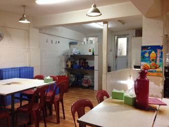Ein ziemlich heruntergekommenes Restaurant mit ziemlich guter Küche kurz vor der allabendlichen Rushhour.