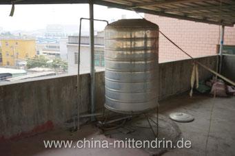 Eine der üblichen Wasserzisternen in einem Wohnhaus in China. Eigentlich wollte ich dieses Haus mieten. Als ich aber den auf dem Boden liegenden Deckel der Zisterne sah, überlegte ich es mir anders. Viele nehmen Hygiene nicht ernst genug.