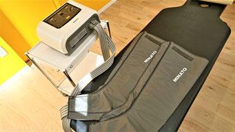 メドマーの写真。つま先から太ももまで、脚全体を空気圧でマッサージ。