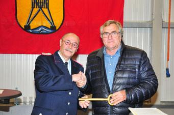 Der Cuxhavener Oberbürgermeister Dr. Ulrich Getsch überreicht Ortsbrandmeister Frank Engelke symbolisch den Schlüssel zur neuen Halle.                    Foto: FF Döse / R. Griebenow