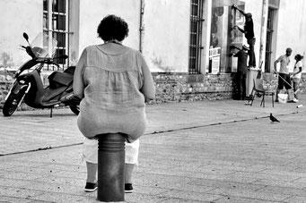 Andreas Maria Schäfer,fotograph1956,Fotografiewelten,Streetfotografie,Schwarzweiss,Perpignan,Sitzplatz