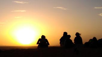美しいサハラ砂漠の夕日です