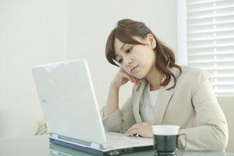 ホームページが悪いと言われて悩む女性経営者