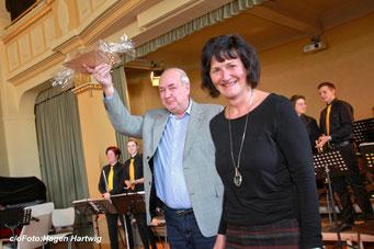 Foto: Hagen Hartwig / Gabi Blume überreicht den Preis
