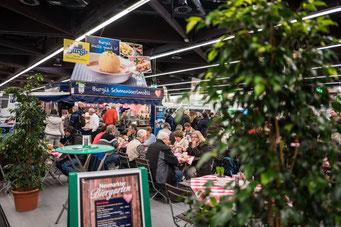 Gut essen und trinken im Neumarkter Biergarten; Foto: David Häuser/Stadt Neumarkt