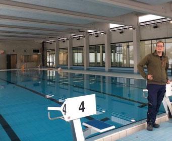 Das Berger Hallenbad mit Schwimmmeister Maximilian Schneider (Bildrechte Gemeinde Berg)