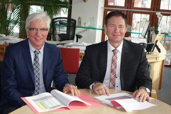Alfred Frauenknecht und Oberbürgermeister Thomas Thumann freuen sich über die guten Zahlen, Foto: Franz Janka