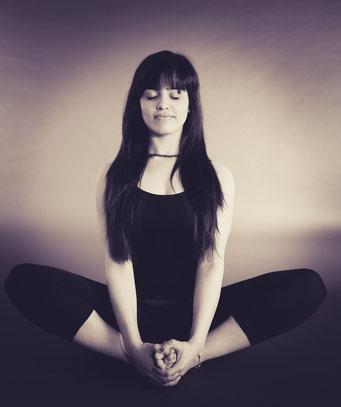 Regelmäßige Yogapraxis verbessert deine Körperhaltung und verleiht deinen Bewegungen Anmut.