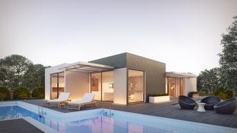 Modernes Haus mit Pool im Vordergrund