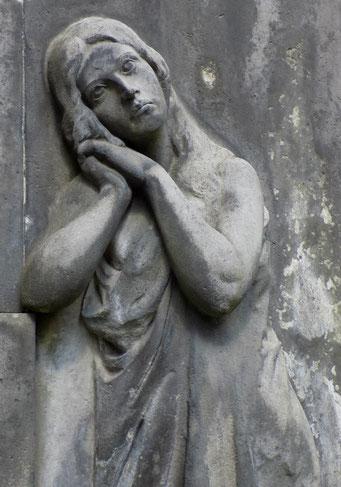 Trauernde Relief Hempel Johannisfriedhof Bild: Susann Wuschko